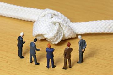 もつれた紐とビジネスマン