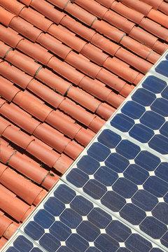 placas solares en el tejado de una casa 9495-f15