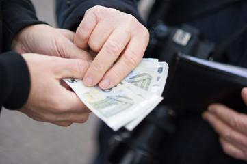 Mani di persone che scambiano denaro