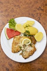 Paniertes Seelachsfilet mit Mandelscheiben und Salzkartoffeln