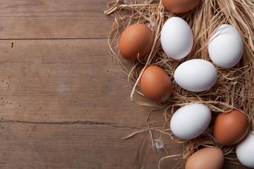 Eier auf Stroh
