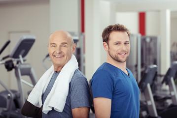 zwei männer im fitness-studio