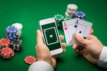ผู้เล่นคาสิโนที่มีการ์ดสมาร์ทโฟนและชิป