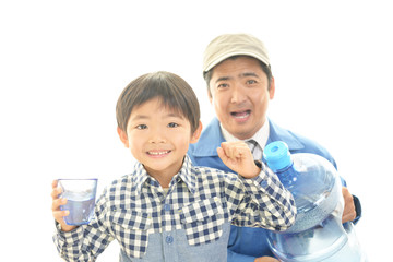 水を飲む笑顔の男の子