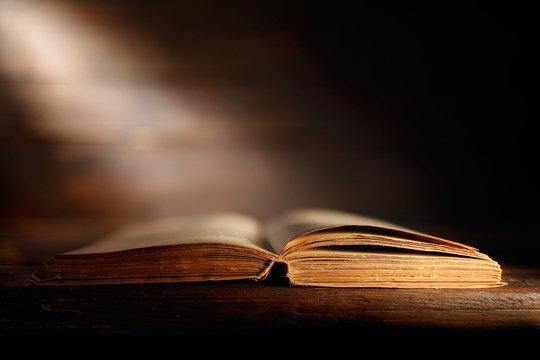 libro antico aperto