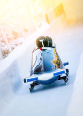 Foto op Plexiglas Wintersporten Wintersport - Zweierbob im Eiskanal