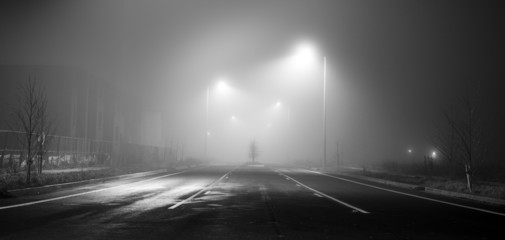 Poster Nacht snelweg Black and white street at night with fog