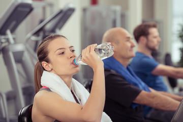 frau trinkt wasser im fitness-club