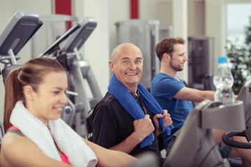 älterer mann trainiert im fitness-raum