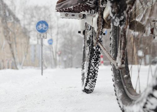 Fahrradfahrer auf Radweg im Winter