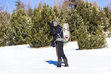 Fotografo in montagna in inverno