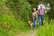 Senioren mit Hund auf Wanderung