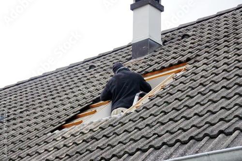 pose d 39 une fen tre de toit photo libre de droits sur la banque d 39 images image. Black Bedroom Furniture Sets. Home Design Ideas