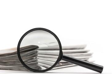 Zeitungen / Lupe Konzept