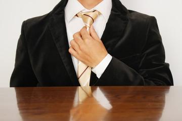 ネクタイを直すビジネスマン Businessman adjusting his tie