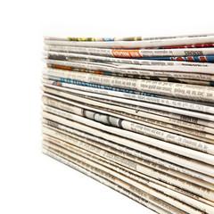 Täglicher Stapel Zeitungen