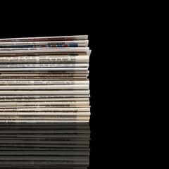 Zeitungsstapel auf schwarzem Hintergrund