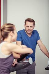 paar im fitness-studio unterhält sich