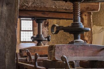 Fototapete - Alte Weinpresse auf einem Weingut