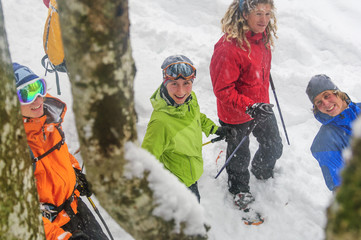 fröhliche Truppe beim Schneeschuh-Wandern