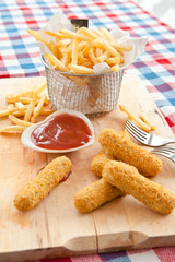 Pommes und Mozzarella Sticks