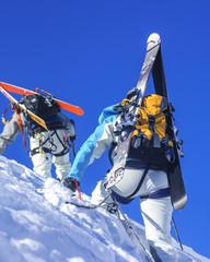 Freerider beim Aufstieg im stielen Gelände
