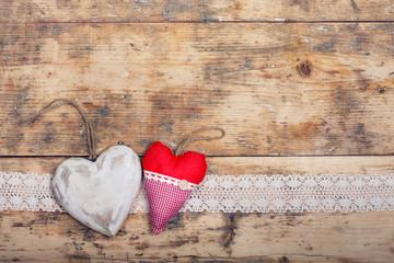 2 Herzen auf Holzboden