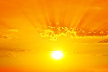 cielo dorado por el amanecer
