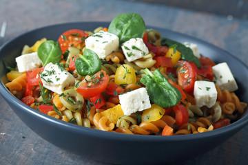 pasta italiana con verdure e pomodori