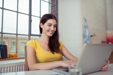 studentin lernt zuhause am laptop