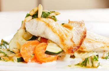 Photo sur Plexiglas Poisson fish with vegetables