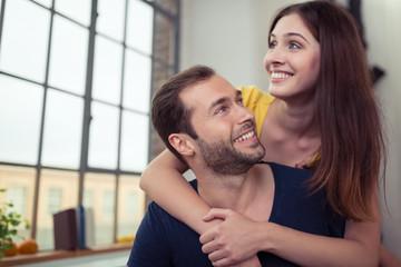verliebtes paar umarmt sich