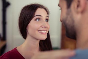 frau schaut ihrem freund verliebt in die augen