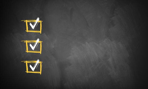 Checkliste auf Kreidetafel mit Textfreiraum