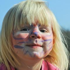 kleines Mädchen ist stolz auf geschminktes Gesicht
