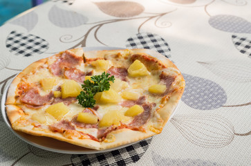 pizza ham witk pineapple