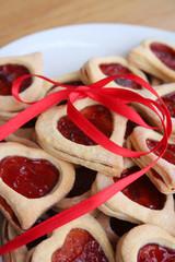 biscotti a forma di cuore su piatto_ San Valentino