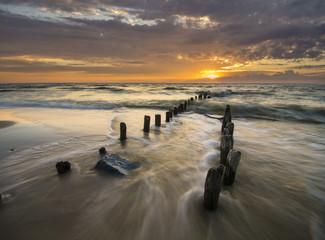 Falochron na morskiej plaży