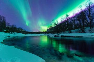 Tuinposter Noorderlicht Polarlichter mit Spiegelung über einem vereisten Fluss