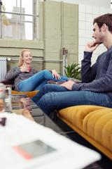 paar unterhält sich zuhause auf dem sofa