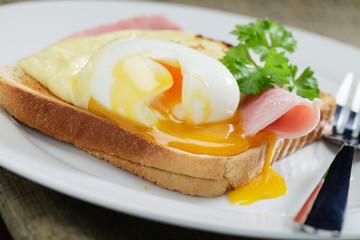 Wachsweiches Ei auf Schinken mit Toast