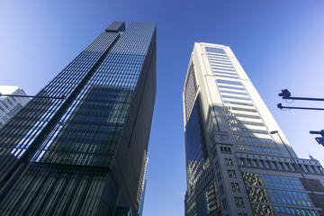丸の内高層ビル街を見上げる