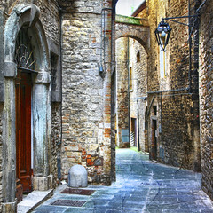 piękne stare uliczki włoskich średniowiecznych miast - 77570831