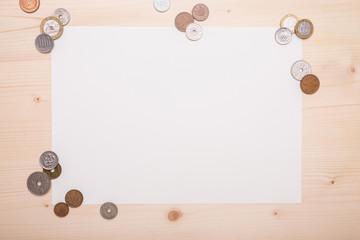 Verschiedene Münzen auf Schreibtisch