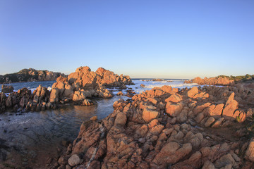 Meravigliosa Sardegna.Spiaggia rocciosa al Tramonto