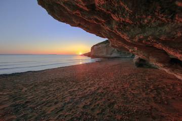 Tramonto da una grotta in sardegna