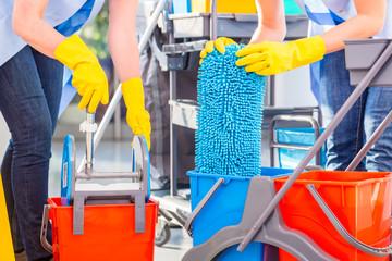 Fototapeta Raumpflegerinnen bei Arbeit reinigen Boden obraz