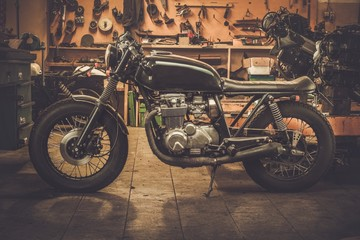 Keuken foto achterwand Fiets Vintage style cafe-racer motorcycle in customs garage