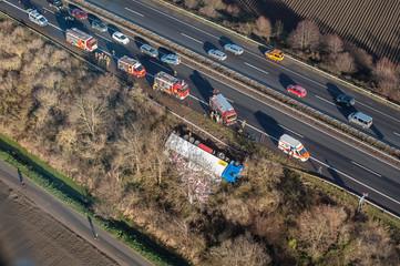 Feuerwehr Polizei Rettungsdienst LKW-Unfall