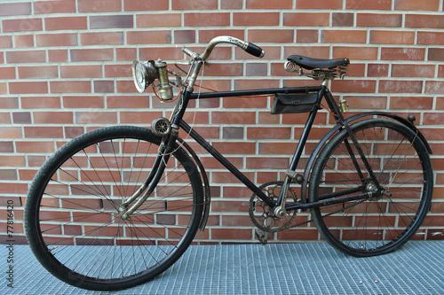 altes fahrrad stockfotos und lizenzfreie bilder auf bild 77816420. Black Bedroom Furniture Sets. Home Design Ideas
